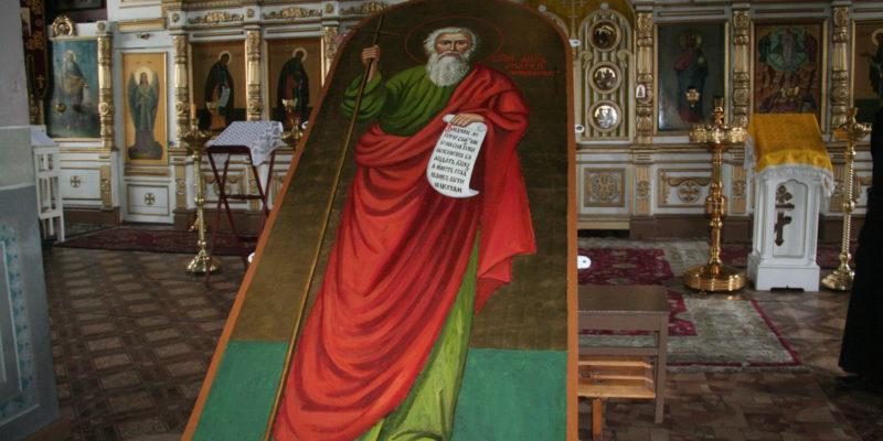 Установка иконы апостола Андрея Первозванного на южной стене храма